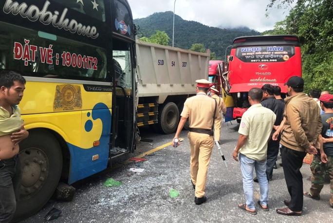 Vượt ẩu gây tai nạn liên hoàn trên đèo Bảo Lộc - Ảnh 4.
