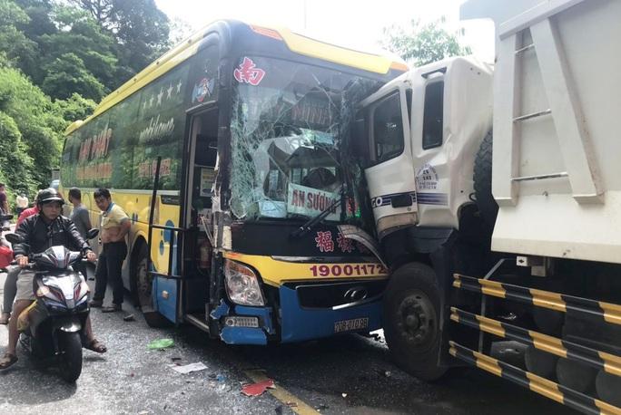 Vượt ẩu gây tai nạn liên hoàn trên đèo Bảo Lộc - Ảnh 3.