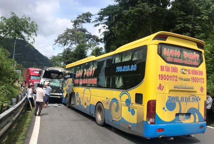 Vượt ẩu gây tai nạn liên hoàn trên đèo Bảo Lộc - Ảnh 5.