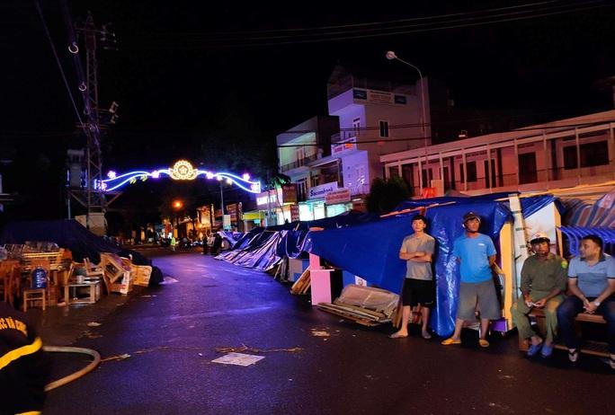 Hỏa hoạn thiêu rụi 2 cửa hàng gần chợ lúc nửa đêm - Ảnh 5.