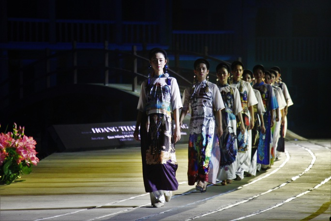 Mãn nhãn 18 bộ sưu tập áo dài danh thắng Việt Nam trên sân khấu Ký Ức Hội An - Ảnh 1.