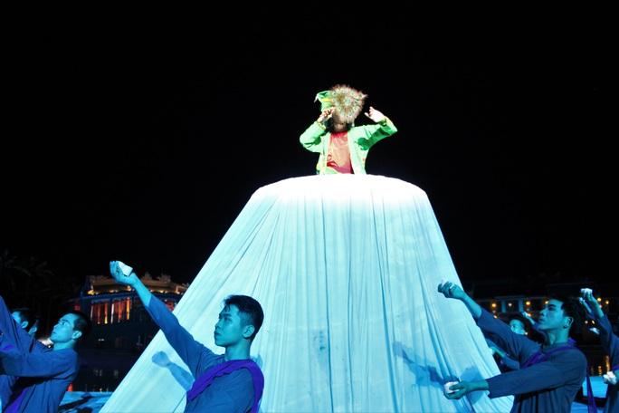 Mãn nhãn 18 bộ sưu tập áo dài danh thắng Việt Nam trên sân khấu Ký Ức Hội An - Ảnh 7.