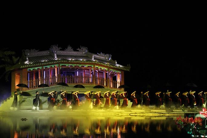 Mãn nhãn 18 bộ sưu tập áo dài danh thắng Việt Nam trên sân khấu Ký Ức Hội An - Ảnh 2.