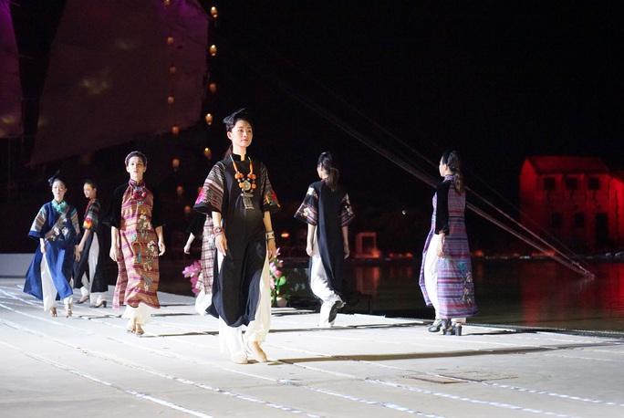 Mãn nhãn 18 bộ sưu tập áo dài danh thắng Việt Nam trên sân khấu Ký Ức Hội An - Ảnh 3.