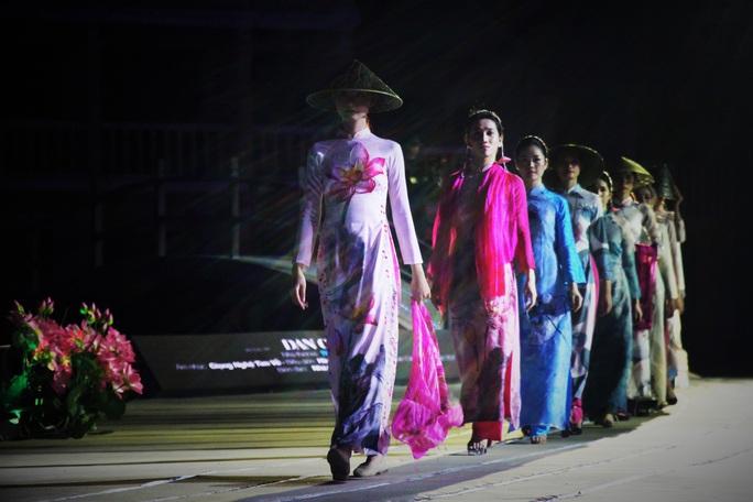 Mãn nhãn 18 bộ sưu tập áo dài danh thắng Việt Nam trên sân khấu Ký Ức Hội An - Ảnh 4.