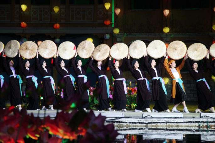 Mãn nhãn 18 bộ sưu tập áo dài danh thắng Việt Nam trên sân khấu Ký Ức Hội An - Ảnh 11.