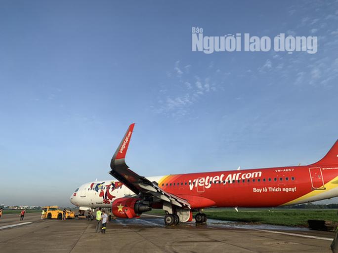 Đã kéo máy bay bị trượt khỏi đường băng Tân Sơn Nhất về sân đỗ - Ảnh 1.