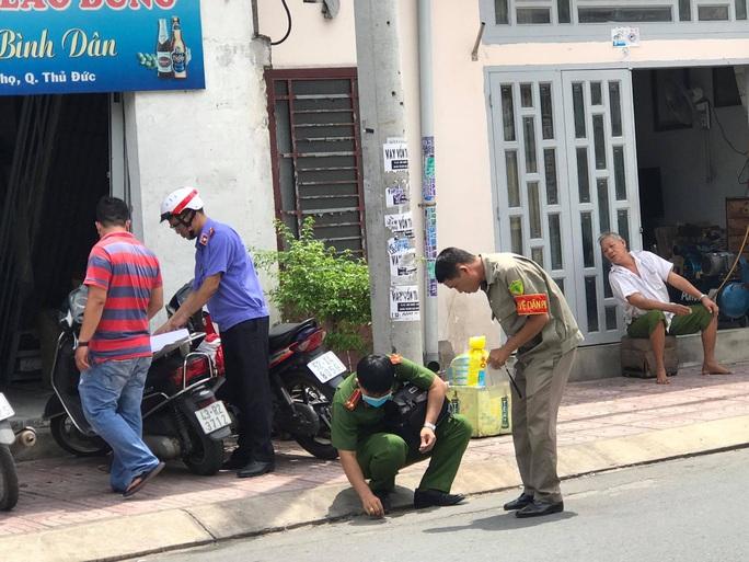 Người đàn bà bị tình nhân trẻ truy sát ôm bụng kêu cứu ở Thủ Đức - Ảnh 1.