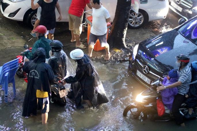 Vạn người đang bất lực trong kẹt xe, ngập nước cửa ngõ phía Đông TP HCM - Ảnh 12.