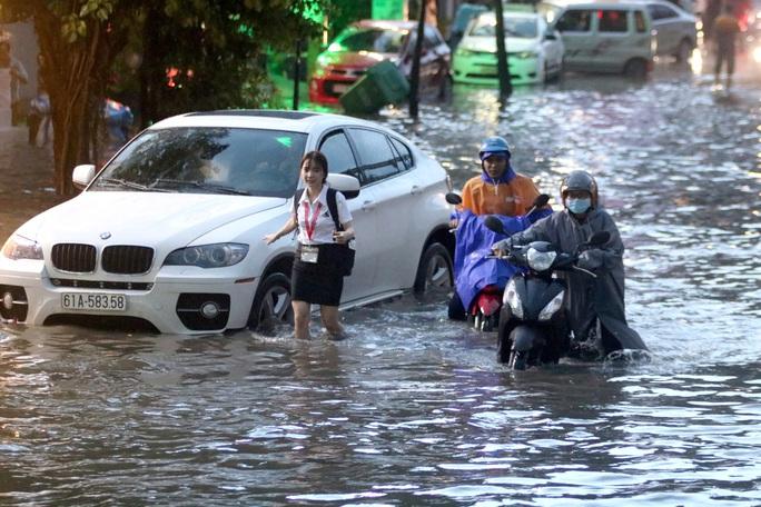 Vạn người đang bất lực trong kẹt xe, ngập nước cửa ngõ phía Đông TP HCM - Ảnh 13.