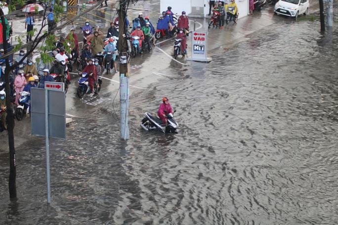 Vạn người đang bất lực trong kẹt xe, ngập nước cửa ngõ phía Đông TP HCM - Ảnh 4.