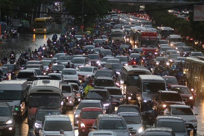Vạn người đang bất lực trong kẹt xe, ngập nước cửa ngõ phía Đông TP HCM - Ảnh 14.