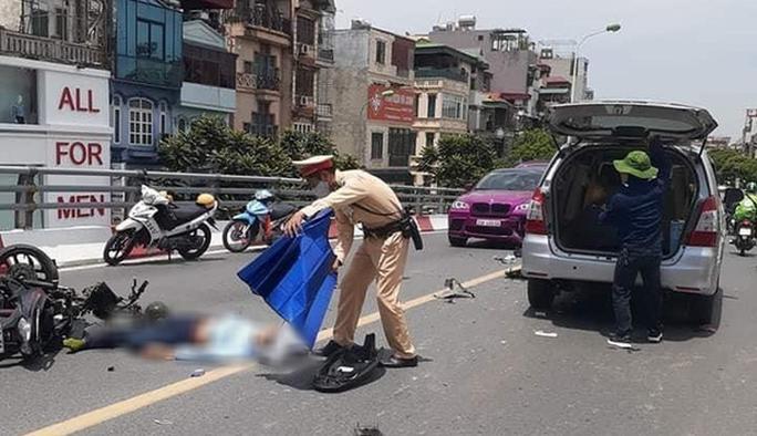 Xe máy va chạm với ôtô trên cầu vượt, 2 người trọng thương - Ảnh 2.