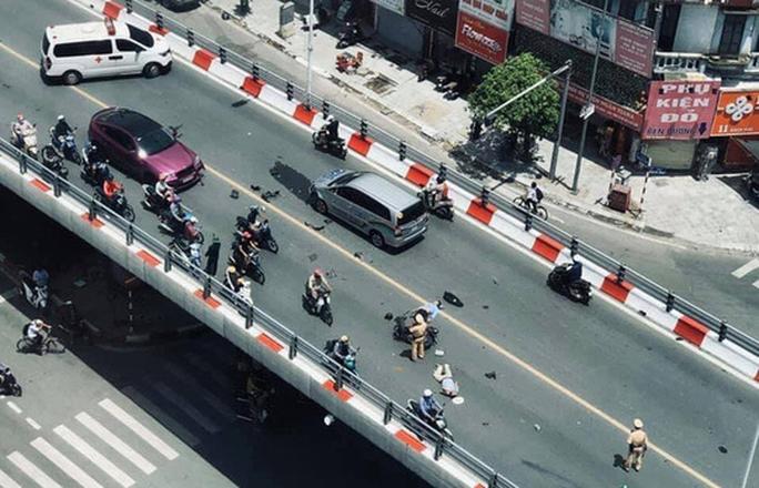 Xe máy va chạm với ôtô trên cầu vượt, 2 người trọng thương - Ảnh 3.