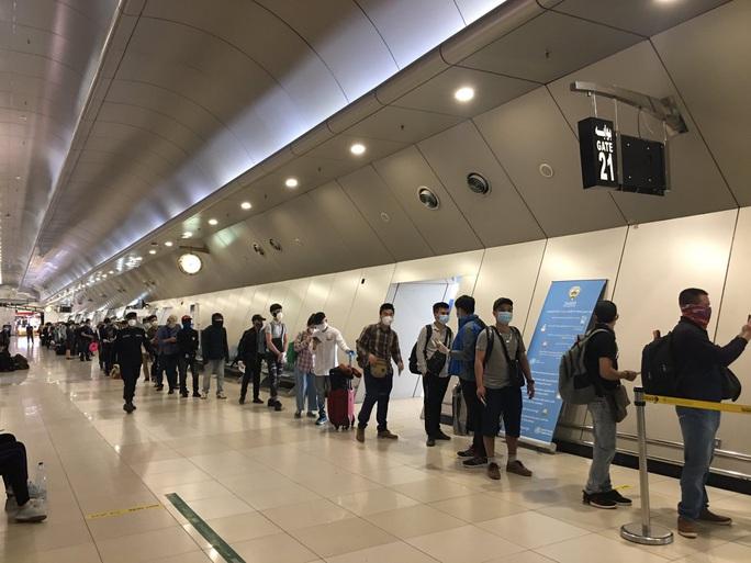 Sân bay Tân Sơn Nhất đón 266 người Việt từ Trung Đông về nước - Ảnh 2.