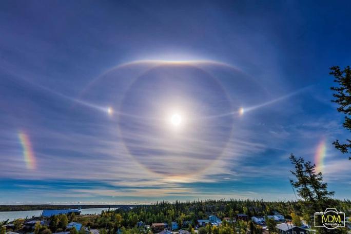 Cận cảnh những hào quang lạ quanh mặt trời, mặt trăng khắp thế giới - Ảnh 5.