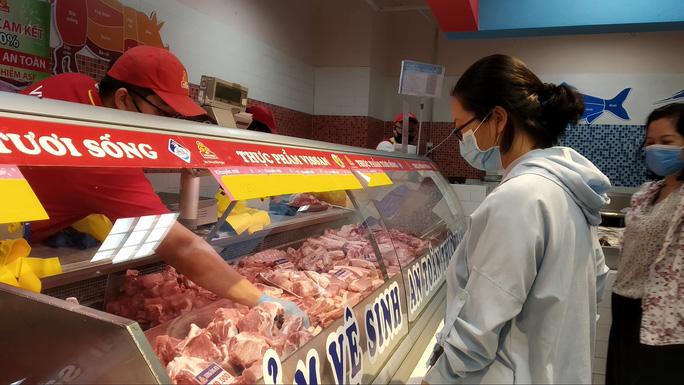 Vì sao thịt heo bình ổn tăng giá giữa lúc thị trường giảm? - Ảnh 1.