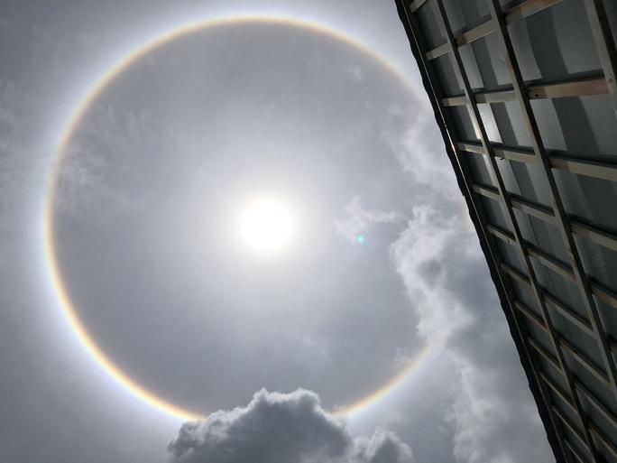 Bà Rịa-Vũng Tàu: Nhiều người thích thú với quầng sáng bao quanh mặt trời - Ảnh 5.