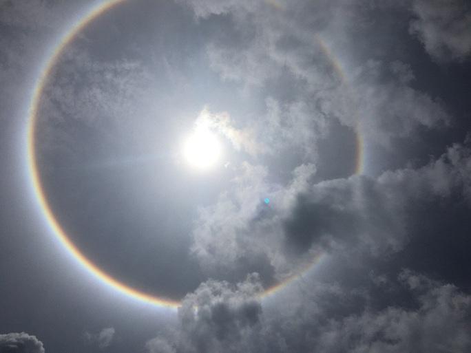 Bà Rịa-Vũng Tàu: Nhiều người thích thú với quầng sáng bao quanh mặt trời - Ảnh 4.