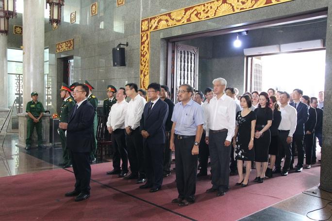 Hàng trăm đoàn đến viếng lễ tang ông Trần Quốc Hương - Ảnh 3.