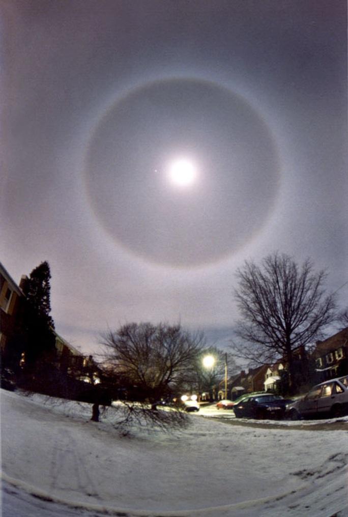 Cận cảnh những hào quang lạ quanh mặt trời, mặt trăng khắp thế giới - Ảnh 3.