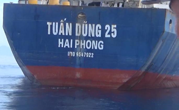 Bộ Tư lệnh Vùng Cảnh sát biển 2 tạm giữ tàu chở 3.505 tấn Ilmenit - Ảnh 2.