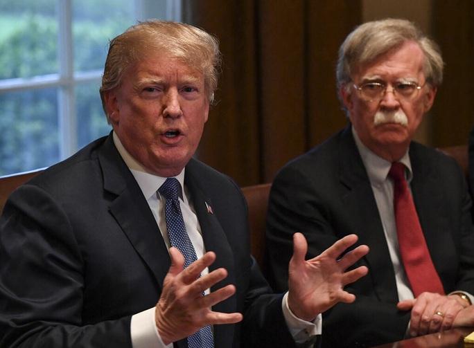 Lo bị lộ thông tin mật, Tổng thống Trump quyết ngăn cựu cố vấn ra hồi ký - Ảnh 1.