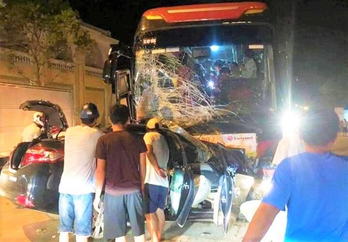 Ôtô 4 chỗ đấu đầu kinh hoàng với xe khách ở Sầm Sơn, tài xế tử vong thương tâm - Ảnh 1.