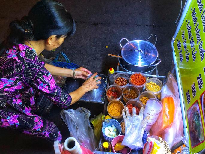 Ăn vặt xuyên đêm ở hồ Con Rùa - Ảnh 5.