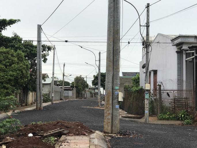 Chuyện lạ: Chỉnh trang đô thị bằng cách đưa cột điện... ra lòng đường - Ảnh 1.