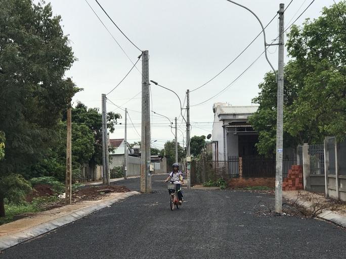 Chuyện lạ: Chỉnh trang đô thị bằng cách đưa cột điện... ra lòng đường - Ảnh 4.