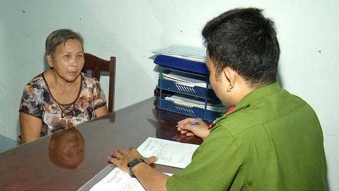 Cụ bà 70 tuổi buôn lậu thuốc lá từ Sóc Trăng về Cà Mau bị bắt giữ - Ảnh 1.