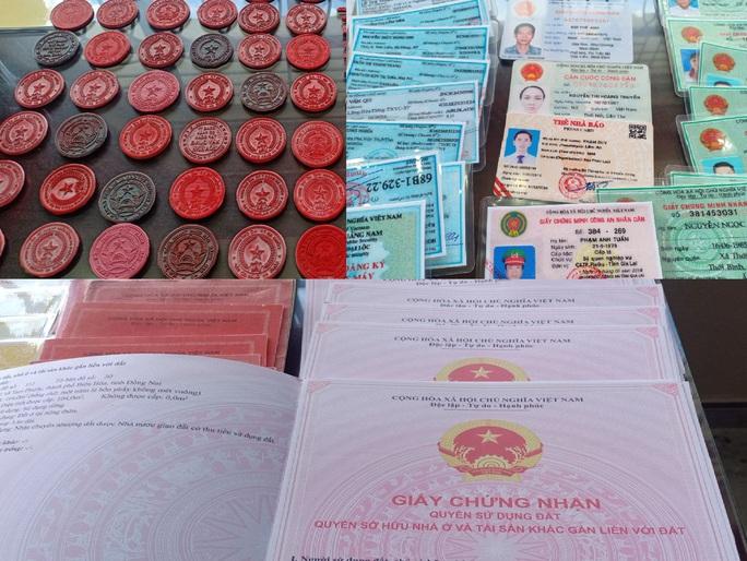 Đà Nẵng: Triệt phá đường dây làm giả hàng trăm thẻ ngành Công an, thẻ nhà báo - Ảnh 2.