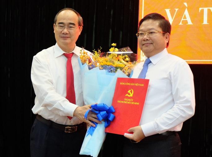 Bí thư Thành ủy TP HCM trao quyết định cho ông Lê Văn Thinh - Ảnh 1.