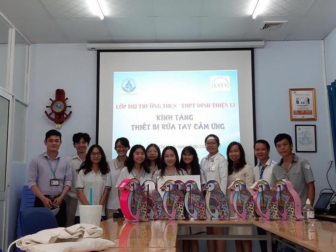 Học sinh chế máy rửa tay tự động siêu đáng yêu tặng bệnh viện chống Covid-19 - Ảnh 1.