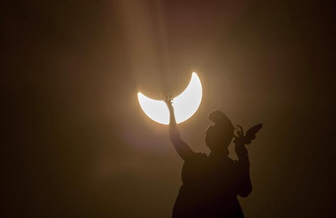 Cuối tuần, Việt Nam đón mặt trời lưỡi liềm lúc quá trưa - Ảnh 1.
