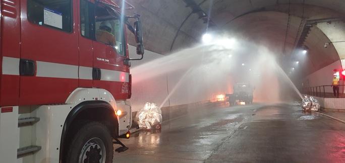 Xử lý tình huống cháy xe trong hầm Đèo Cả trong vòng 15 phút - Ảnh 1.