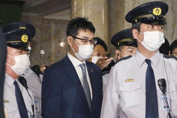 Cựu Bộ trưởng Tư pháp Nhật Bản và vợ bị bắt vì nghi mua phiếu bầu  - Ảnh 1.