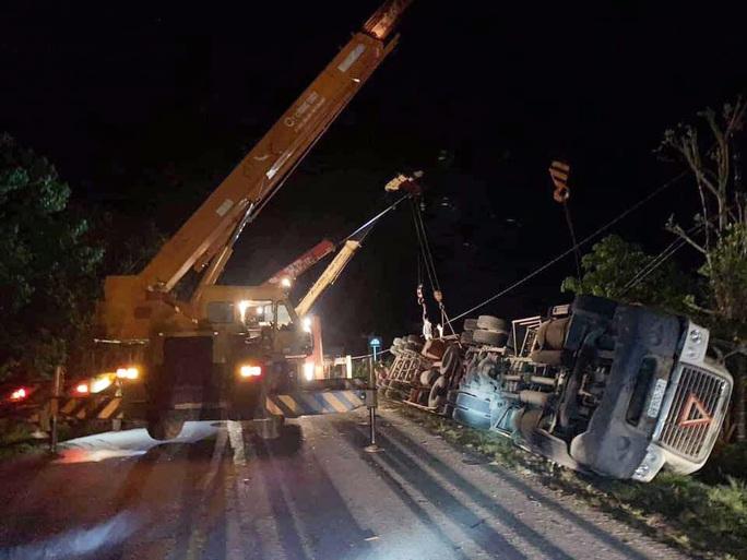 Tai nạn kinh hoàng xe container đè bẹp xe khách Limousine, 3 người tử vong - Ảnh 2.