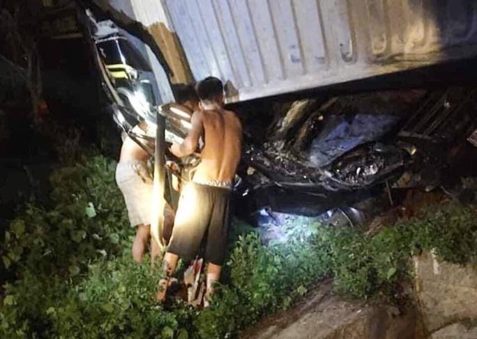 Tai nạn kinh hoàng xe container đè bẹp xe khách Limousine, 3 người tử vong - Ảnh 3.