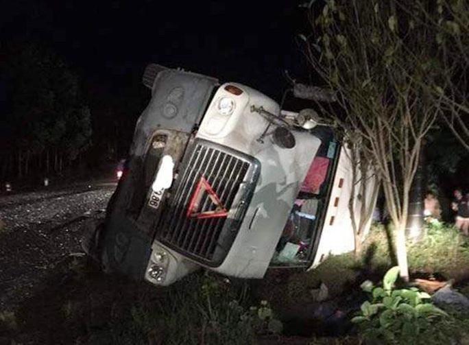 Tai nạn kinh hoàng xe container đè bẹp xe khách Limousine, 3 người tử vong - Ảnh 1.