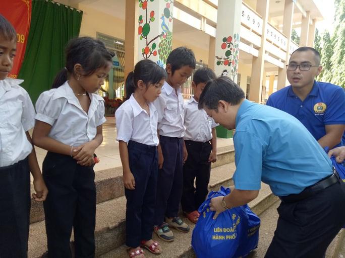 Cán bộ Công đoàn TP HCM tặng quà cho giáo viên, học sinh nghèo ở Đắk Lắk - Ảnh 7.
