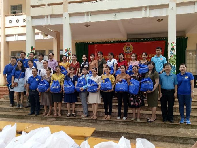 Cán bộ Công đoàn TP HCM tặng quà cho giáo viên, học sinh nghèo ở Đắk Lắk - Ảnh 6.