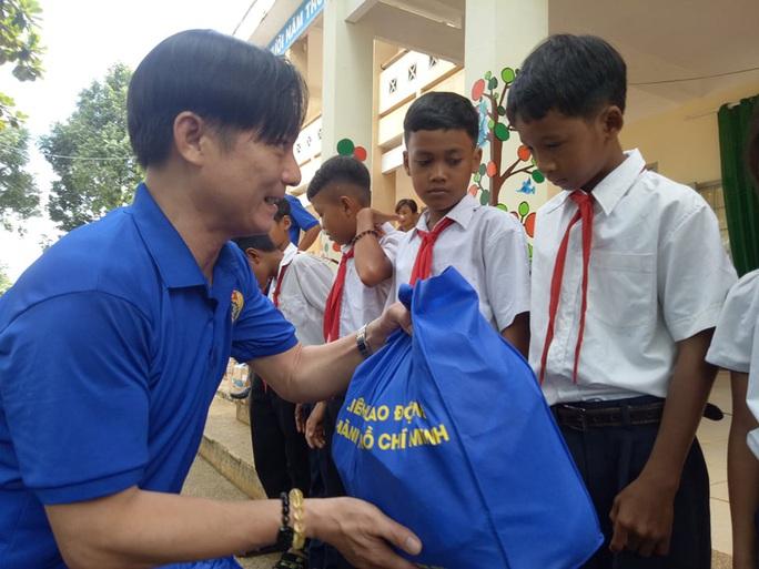 Cán bộ Công đoàn TP HCM tặng quà cho giáo viên, học sinh nghèo ở Đắk Lắk - Ảnh 4.