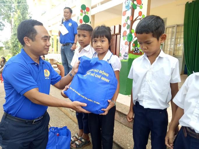 Cán bộ Công đoàn TP HCM tặng quà cho giáo viên, học sinh nghèo ở Đắk Lắk - Ảnh 3.