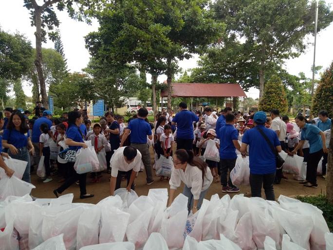 Cán bộ Công đoàn TP HCM tặng quà cho giáo viên, học sinh nghèo ở Đắk Lắk - Ảnh 1.