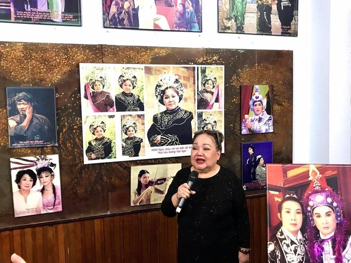Kim Cương, Thành Lộc và đông nghệ sĩ ngôi sao đến với triển lãm Sắc màu sân khấu - Ảnh 4.