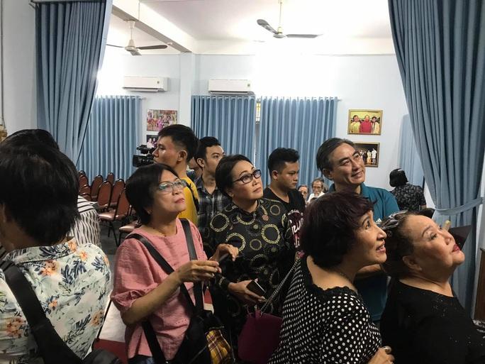 Kim Cương, Thành Lộc và đông nghệ sĩ ngôi sao đến với triển lãm Sắc màu sân khấu - Ảnh 8.
