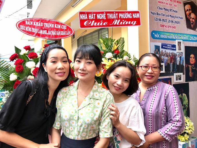 Kim Cương, Thành Lộc và đông nghệ sĩ ngôi sao đến với triển lãm Sắc màu sân khấu - Ảnh 10.