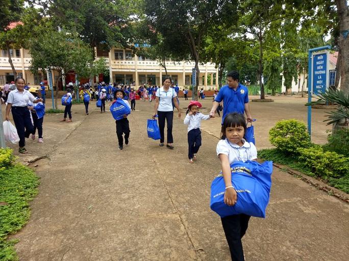 Cán bộ Công đoàn TP HCM tặng quà cho giáo viên, học sinh nghèo ở Đắk Lắk - Ảnh 5.